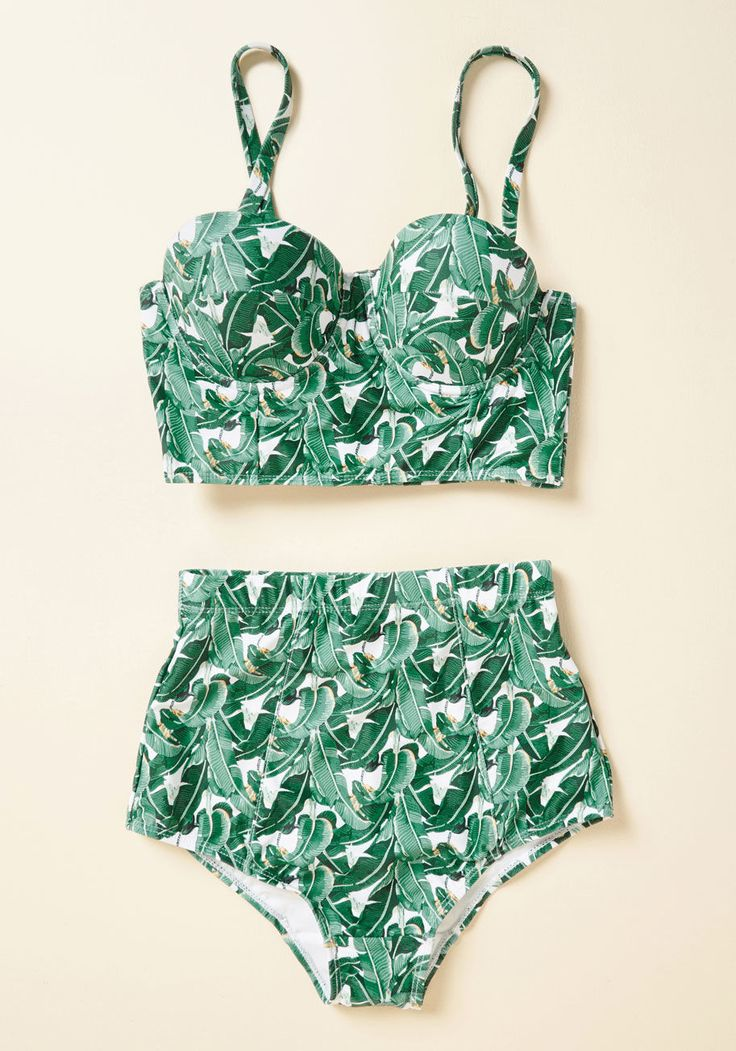 <p><span>Now that you've found this bikini bottom to pack in your suitcase, you're 'oh sol' ready for a getaway! With a verdant palm print and a high-waisted silhouette, this suit comes prepared to make a splash. So, what's on the itinerary?</span></p>