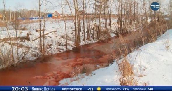 La Russie annonce une «bombe biblique» alors que la rivière devient rouge sang, les experts recherchent la cause (VIDEO)