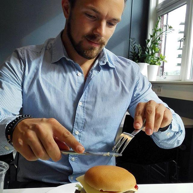 I går disket @siljelewis opp med burgere. Kan ikke klage på lunsjen eller på gutta! #lunsj #burger #burgermedalt #idium #oslo #lovemyjob #godmat #kantine #lunsjdate?! #hotguyseatingburgers
