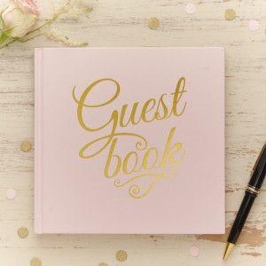 Vaaleanpunainen vieraskirja kultakoristelulla