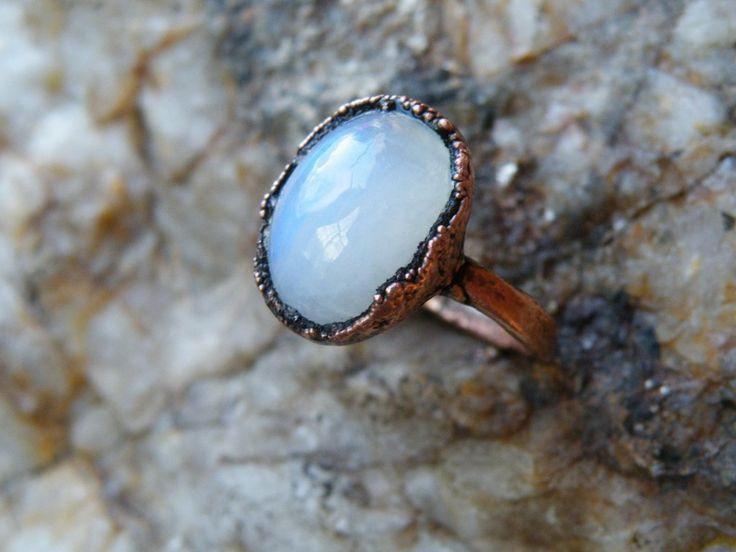 Duhový měsíční kámen v prstenu Vám bude při každém pohledu na svou ruku připomínat, jak krásnou záři má ženská energie, s jakou hravostí a radostí se může život odehrávat a jak krásná jste jak uvnitř, tak navenek.