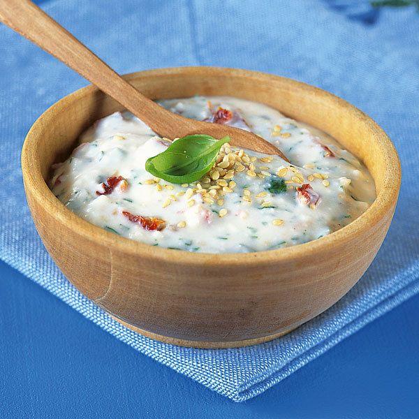 """Zum griechischen """"Obatzdn"""" braucht man nicht viel: ein paar liebe Gäste, frisches Brot und eine Karaffe guten Rotwein."""