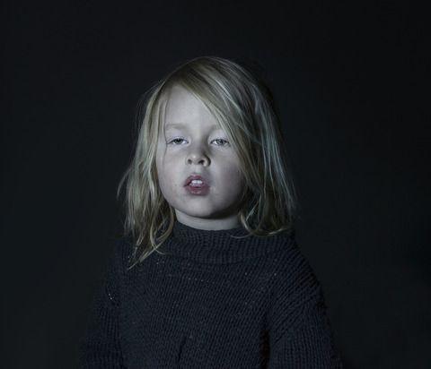 写真家のドナ・スティーブさんは、 テレビの画面に釘付けになっている子供たちを撮影した作品 「Idiot Box(間抜けな箱)」 を発表しています。 写真の中の子供たちは、テレビ画面に心を奪われてしまっています。 思考力なく、眼は死んだお魚のような、子供たちの肖像画。