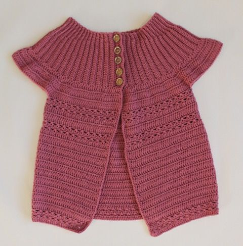En super sød cardigan med korte ærmer til piger i alderen 1 til 10 år. #bypapara #hækleopskrifter #crochet #hekle
