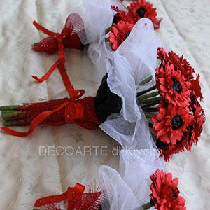 Bouquet da sposa rosso realizzato a mano con fiori di carta gerbere. Handmade red bouquet with paper flowers.