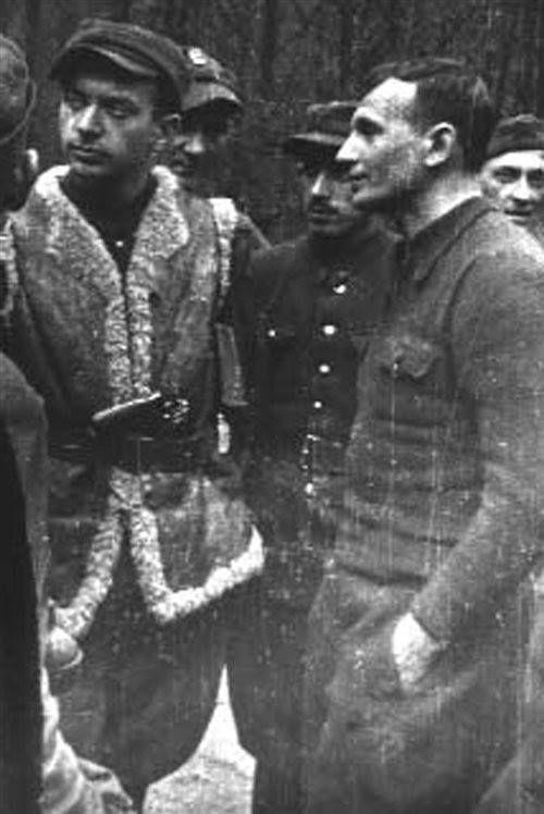 """Ppor. Henryk Piasecki """"Zapora"""" (pierwszy od lewej), od sierpnia 1945 dowódca kompanii KWP krypt. """"5-ta"""", zamieniony w listopadzie 1945 na """"Siekiery"""". Poległ 6 grudnia 1945 w miejscowości Wola Malowana w zasadzce grupy operacyjnej UB. Razem z nim zginął sierż. Józef Broniszewski """"Boryna"""". Obok: Bronisław Skura-Skoczyński """"Robotnik""""."""