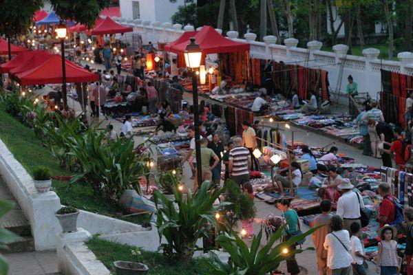 khám phá chợ đêm Luang Pha băng Lào
