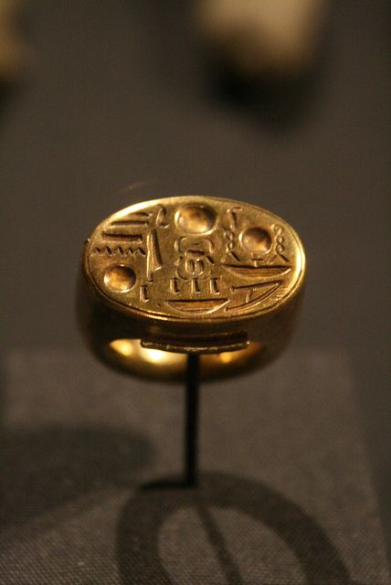 """Signet Ring with Tutankhamun's Throne Name  New Kingdom Dynasty 18  reign of Tutankhamun  ca. 1336–1327 B.C.  Gold"" ^**^ не очень, не сильно, не действующее ^**^"