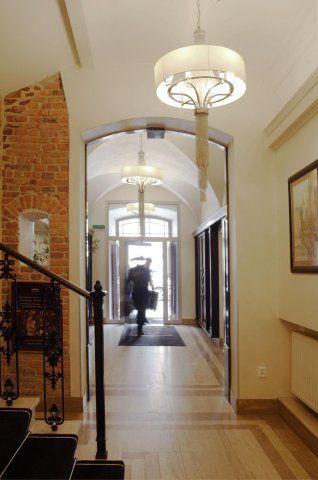 Hotel Senacki**** Kraków, woj. małopolskie Eleganckie lampy, które łączą delikatność tkaniny z siłą metalowych elementów konstrukcyjnych.