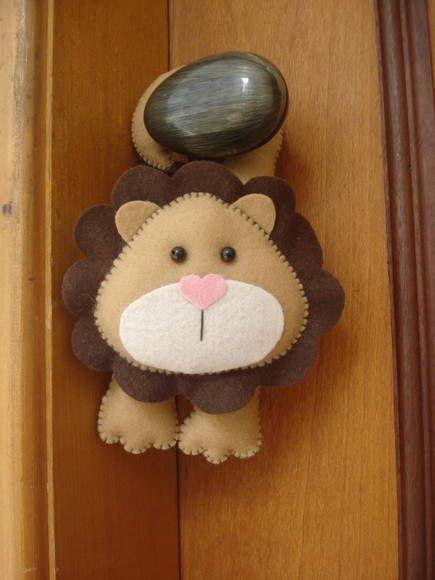 Leão de maçaneta. Confeccionado em feltro. Feito totalmente a mão. Ótima opção de decoração... Contato para dúvidas e orçamentos... fofuchinhos@r7.com
