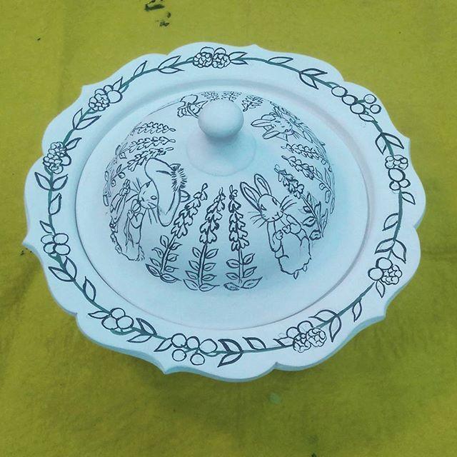 Tavşan Peter'in Masalı ...Tale of Petter Rabbit... #tilepainting #sugarbowl #painting #handpainted #lokumuk #paintingart #drawing #tile #plate #decorativeplate #tileart #tilepainting  #coaster  #instalike #byneshka #çini #art #craft #çiniboyama #dish #fable #şekerlik #tavşanpeter #tavşan #handpaint #handcraft #fairytale #petterrabbit  #beatrixpotter #animaltales #tale