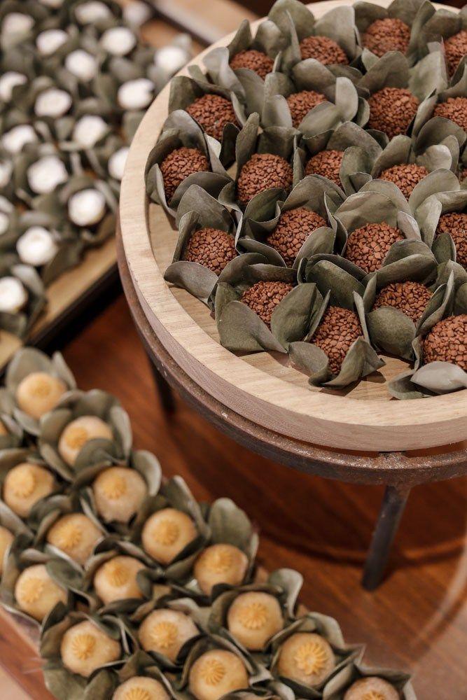 Em tábuas rústicas de madeira da Ella Arts em diversos formatos e tamanhos, servimos uma seleção dos docinhos mais desejados, feitos pela impecável Le Délice. Brigadeiro, doce de leite e outros sabores foram servidos.
