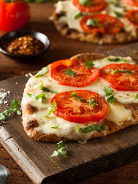 Heute freuen wir uns auf diesen schnellen Pizza-Genuss - eine unwiderstehliche Liaison zwischen Pizza und Quesadilla. In 15 Minuten gebacken.