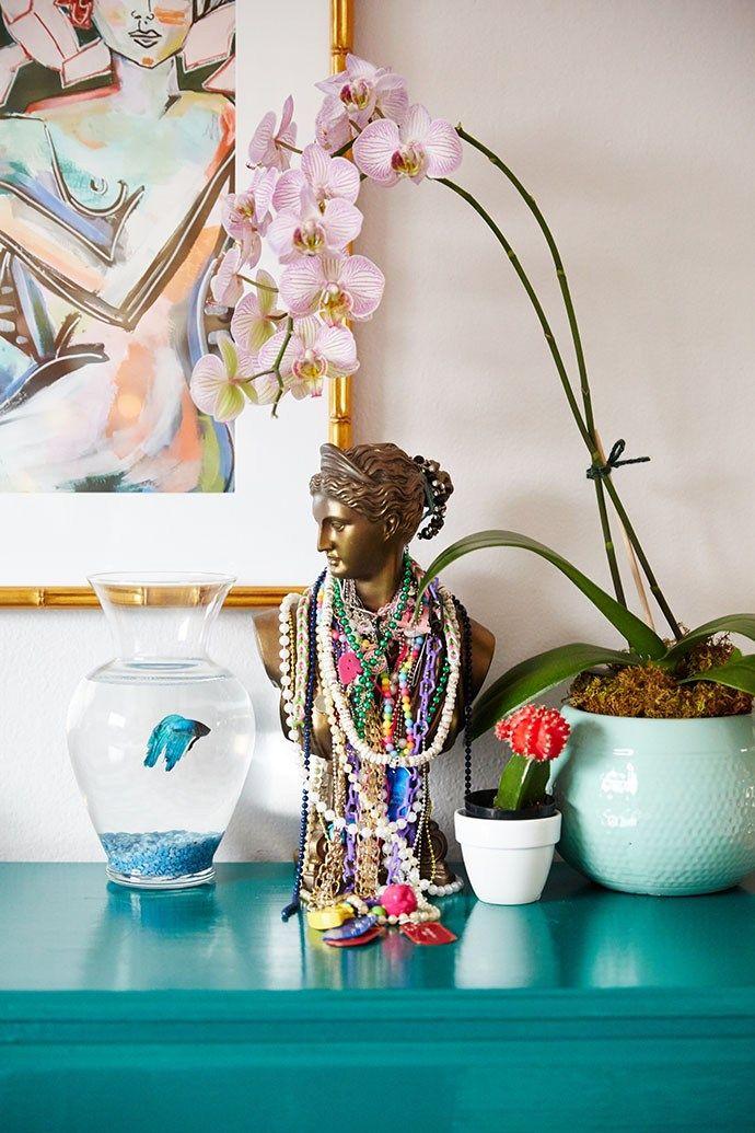 Com uma mistura eclética de móveis, plantas e obras de arte coloridas, o resultado é um lindo lar aconchegante e um estilo boêmio moderno descontraído.