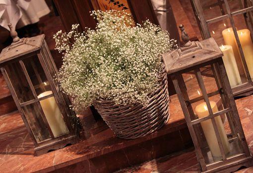 Decoración floral de la iglesia Con flores de paniculata y diversos cestos florales.