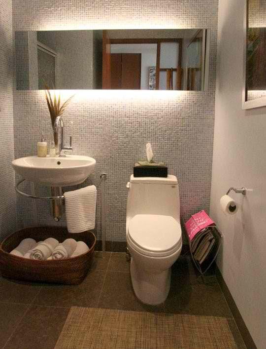 Detalle espejo baño arriba y toilet abajo