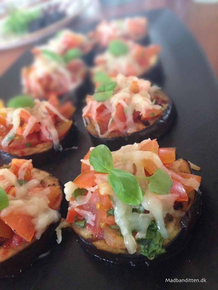 Små aubergine-pizza til frokostbordet