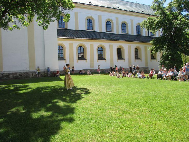 Ukázka historického tance u zámku ve Žďáru nad Sázavou