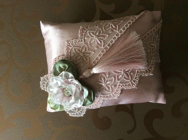 Pretty idea for pillow, cushion or pincushion. :)