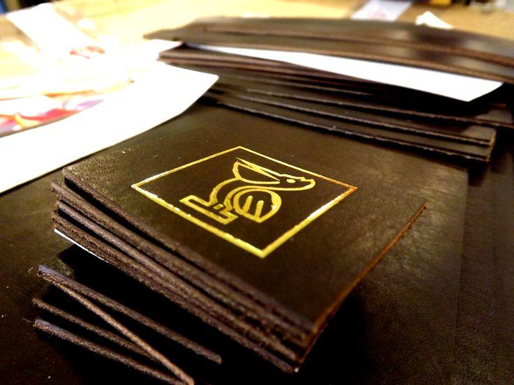 Arriva il NUOVO LOGO AGOMANO BAG, stampato su cuoio in foglia dorata. #pellicano #cuoio #fogliadorata #agomanobag #borse #nuovacollezione2017 #staytuned www.supercompany.it www.agomanobag.it