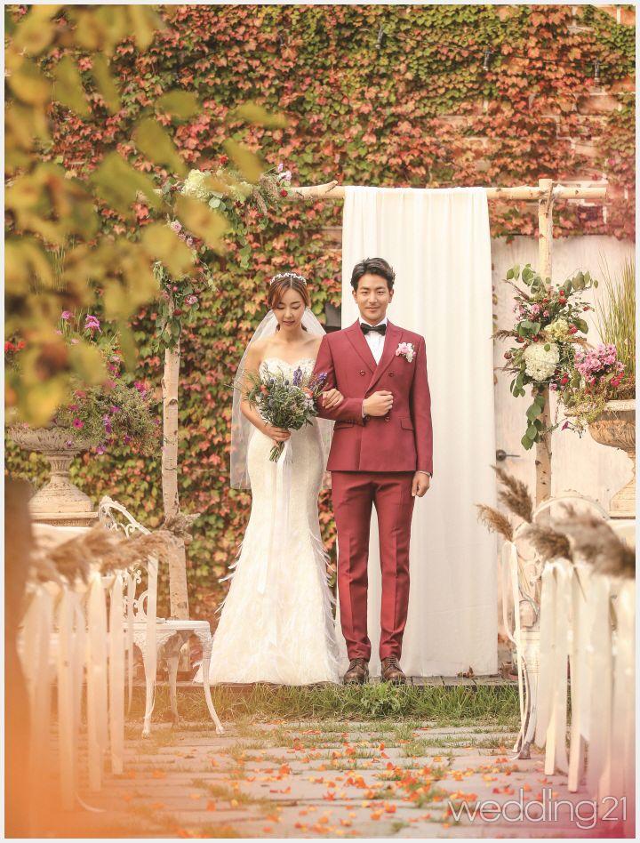 햇살 좋은 가을 날, 아름다운 정원에서 펼쳐지는 둘만의 로맨틱 웨딩 신 1