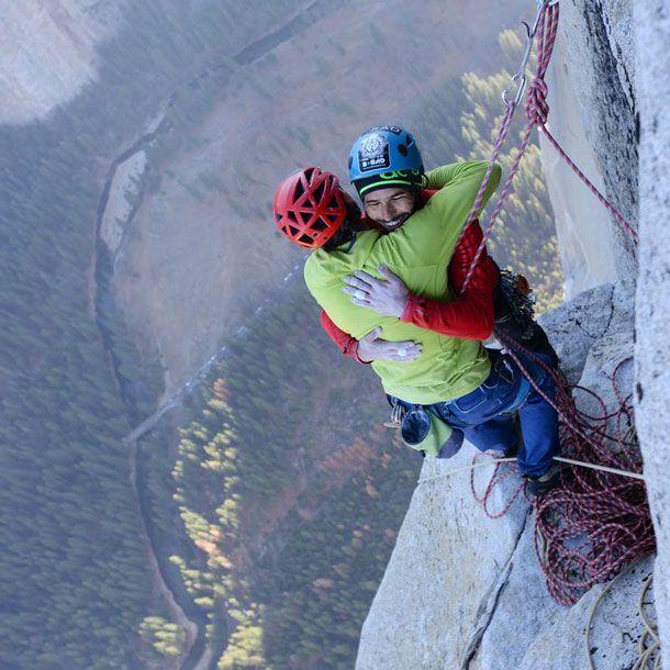 El Capitan, missione compiuta:Diciannove giorni dopo aver iniziato l'ascesa del Dawn Wall, da molti considerata la parete più difficile del mondo, Tommy Caldwell e Kevin Jorgeson hanno raggiunto per la prima volta in arrampicata libera la sommità di El Capitan nel Parco nazionale di Yosemite.