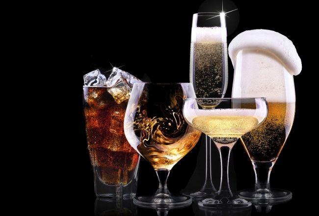 Det evige problem i vores verden er at finde balancen mellem det sjove og det sunde. De fleste af os kan godt lide et glas vin til maden og en ordentlig druktur indimellem. Vi ved dog alle at alkohol er seriøst skadeligt for kroppen og mærker også straffen dagen derpå. Det er derfor relevant, at kortlægge hvad alkohol egentlig gør ved kroppen og hvad man skal være opmærksom på hvis man gerne vil tabe sig eller tage på i muskelmasse.En myte er at alkohol bliver omdannet til fedt i vores krop…
