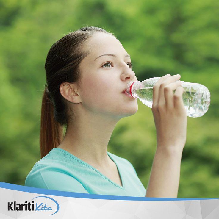 Happy Friday, Sahabat KlaritiKita! Para pakar kesehatan selalu menyarankan untuk kita meminum air setidaknya 8 gelas atau 2 liter dalam sehari atau disesuaikan dengan aktivitas dan umur Anda. Dengan mencukupi kebutuhan cairan, dan untuk tahu apakah Anda alami dehidrasi atau tidak, bisa lihat warna urin saat kamu kencing dan jika dehidrasi segera cukupi kebutuhan cairan Anda.