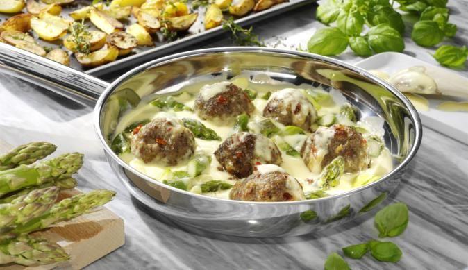 Abwechslungsreiches Spargelrezept aus dem MAGGI Kochstudio für dich und deine Familie mit mediterranen Hackbällchen und Sauce Hollandaise.