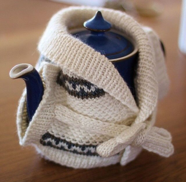 Indulge your nostalgic side with this quirky tea cozy kit, inspired by 70's classic Starsky and Hutch. This Fair Isle cardigan style tea cozy is packed with fun little details, from adorable shawl col