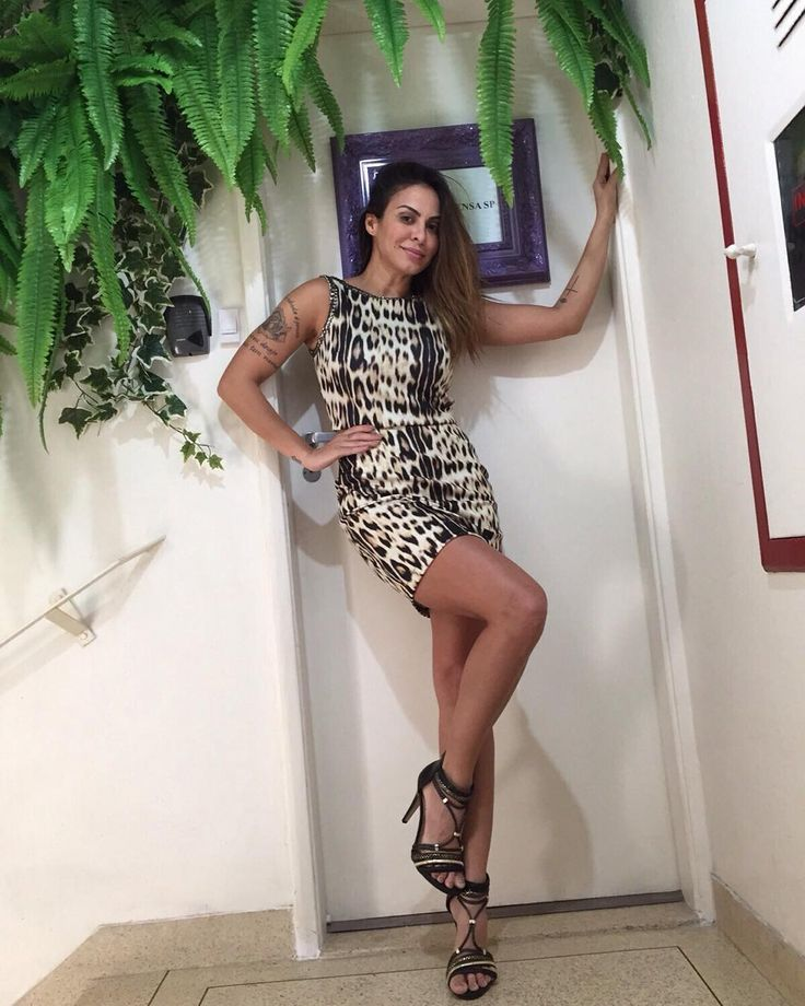 Muito linda a cantora @alinne_rosa posando com sandálias Tanara. Amamos