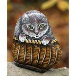 Questa tenera gattina che spunta da un cesto è dipinto in modo molto realistico su un sasso di fiume, utilizzando colori acrilici. La cura nella realizzazione di quest'opera d'arte rende questo ogg...