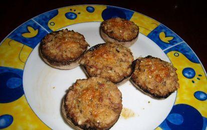 Funghi gratinati - Questa ricetta può essere preparata per servire un velocissimo e facilissimo secondo piatto, preparato con le cappelle dei funghi riempite di prosciutto cotto, mollica, pangrattato e parmigiano.