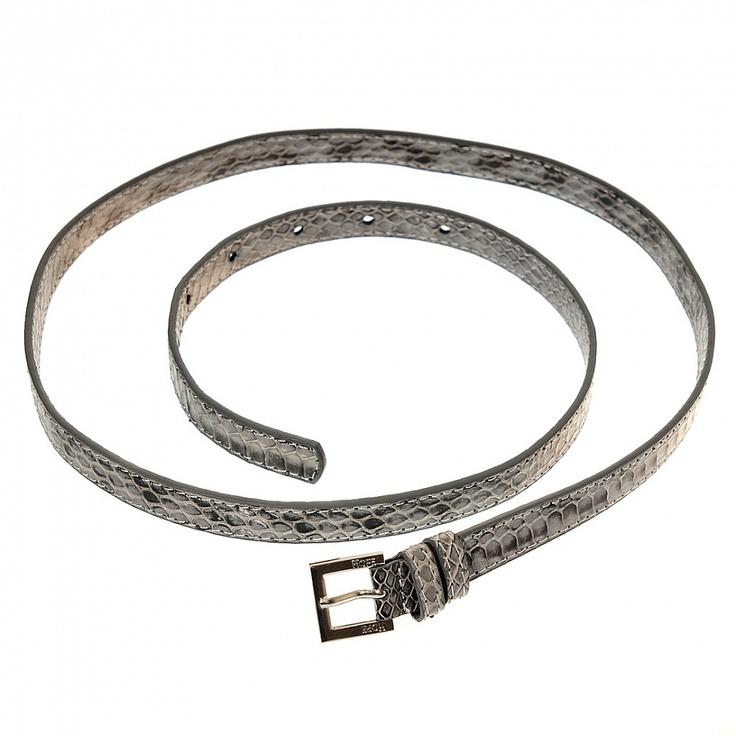 Pásek s motivem hadí kůže.