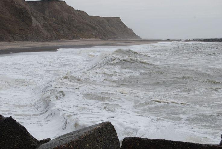 Bølger ved Bovbjerg på blæsende søndag den 12/4 2015 Foto: Arne Prip