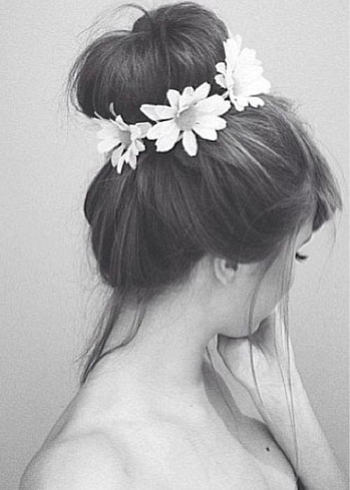 Bun alto com elástico com flores! Um penteado super feminino para você arrasar no Caranaval! #FashionSSJ #CarnavalSSJ #DIY
