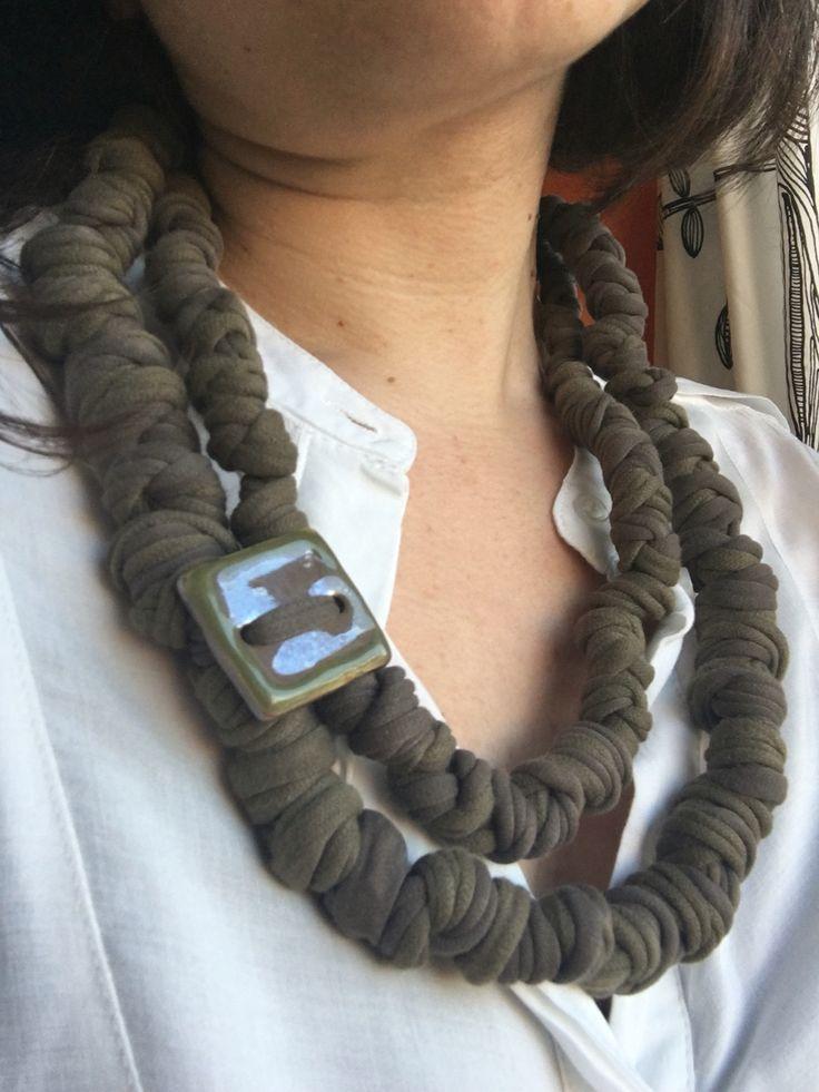 Fettuccia annodata e bottone in ceramica.  recycled T-shirt necklace