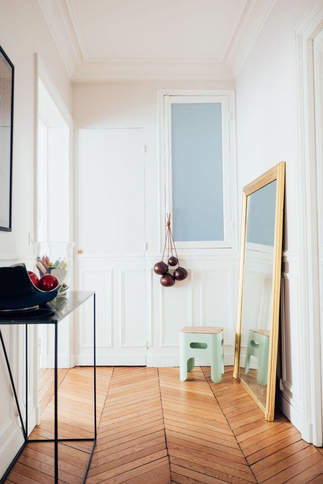 Avant/après : 100 m2 réaménagés pour un couple avec bébé. Une rénovation totale signée Charlotte Féquet, architecte d'intérieur à Paris. L'entrée après travaux.