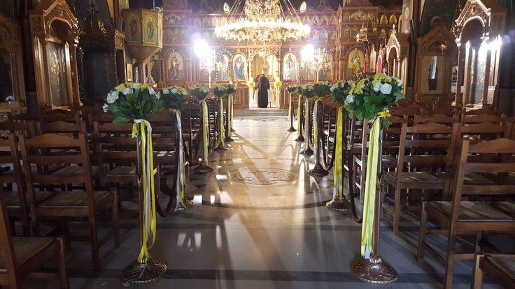 Στολισμός εσωτερικά του ναού στα κολωνάκια με μπουκέτα και κορδέλες