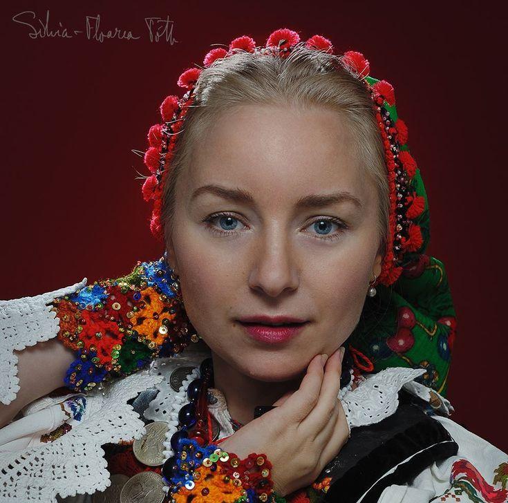 Frumusețea autentică a româncelor, surprinsă de o bistrițeancă pasionată de fotografie și port tradițional (GALERIE FOTO)