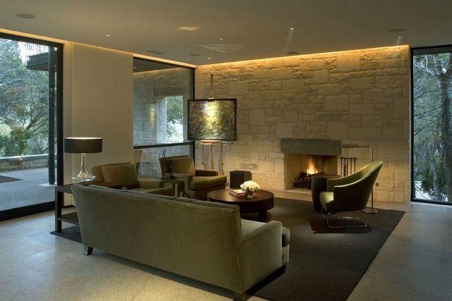 salon avec mur en pierre: spots plafond et rubans LED