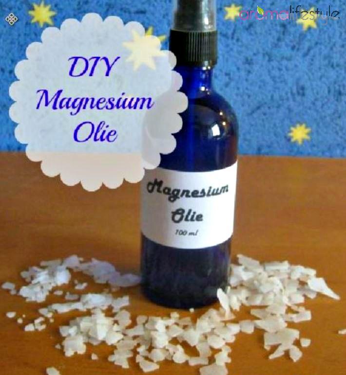 Hier vind je een recept voor diy magnesium olie. En het is echt super makkelijk zelf te maken met magnesium vlokken en water.