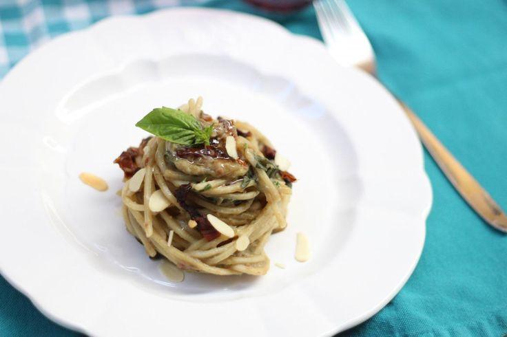 Per tutti quelli che non vogliono rinunciare alla pasta e che credono fermamente che la dieta mediterranea sial'unica strada percorribile per una sana alimentazione, questa CREMA DI MELANZANE LIGHT è una risposta super golosa che non rinuncia al gusto, ma che tiene basse le calorie.  Il segreto della CREMA DI MELANZANE LIGHT non è negli ingredienti, ma nella cottura al forno e nell'aggiunta a crudo di ingredienti naturalmente buoni.    Prepararla è molto semplice e la dieta non sembrerà…