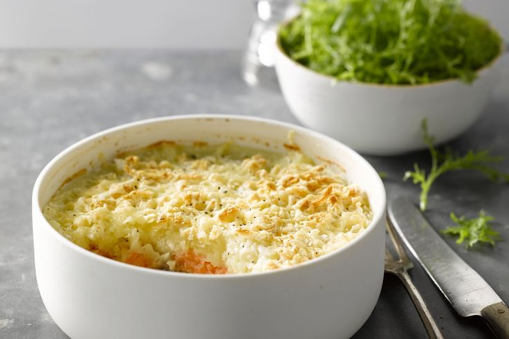 Een supereenvoudige maar overheerlijke ovenschotel met zalm, aardappel en knolselder. Puur comfortfood voor op een herfstige of winterse dag. Smakelij...
