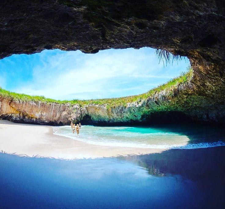 Скрытый пляж на острове Мариета в Мексике