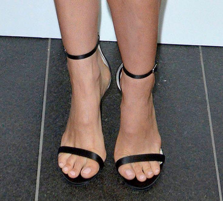 natalie portman bare feet