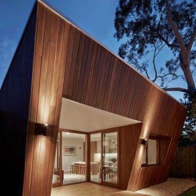 On a pas beaucoup d'infos sur ce projet architectural réalisé par Mesh Design. C'est une extension contemporaine au revêtement en bois, conçue pour le compte d'une famille vivant à Melbourne en Australie.  Son originalité tient dans sa forme globale, telle la base d'une pyramide inversée et dans ses nombreuses ouvertures. L'intérieur est spacieux, lumineux et abrite diverses pièces dont un coin lecture et une cuisine / salle à manger habillée de bois, créant un lien entre intérieur et…