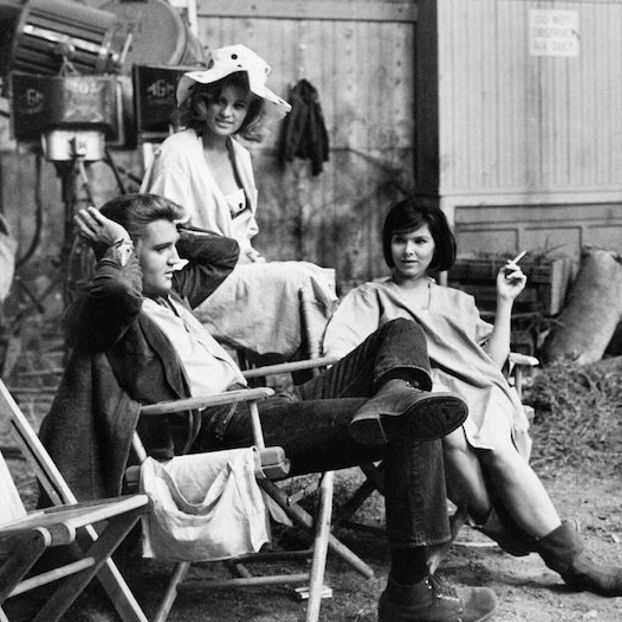 Elvis Presley, Pamela Austin e Yvonne Craig nel 1964 sul set di Kissin' Cousins, un film del 1964 diretto da Gene Nelson e di cui Elvis fu protagonista