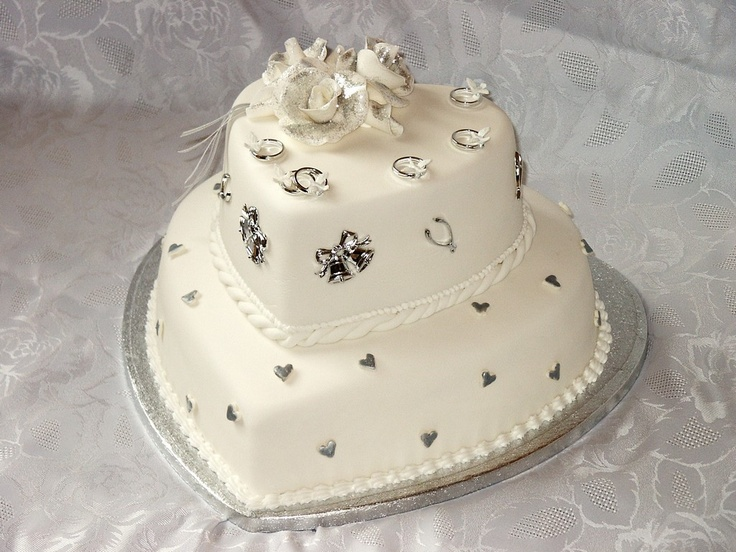 silver heart-shaped wedding cake! Id like to put blue roses on my opinion this is the wedding cake I want