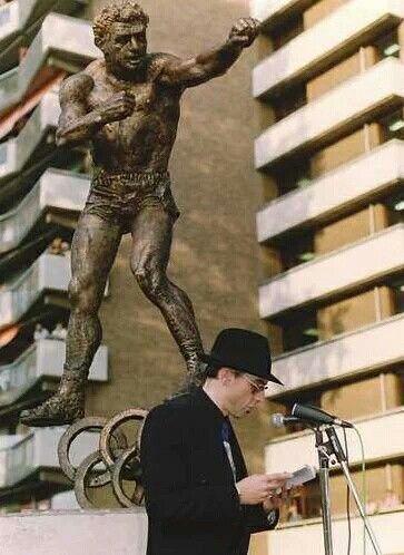 Rotterdam..Jules Deelder houdt toespraak bij onthulling beeld van Bep van Klaveren sept 1992....L.Loe